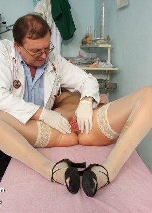 Развратный доктор устраивает зрелой женщине тщательный осмотр – она совсем не ожидала такого - фото 6