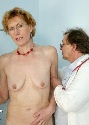 Зрелая Мила в очках расставляет ноги перед развратным доктором и разрешает ему рассмотреть себя всю - фото 2