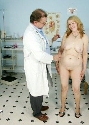 Женщина приходит к врачу, чтобы позволить осмотреть себя с ног до головы – ей это даже нравится - фото 2