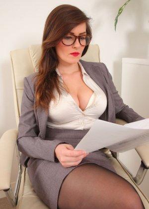 Шарлотта Роуз – шикарная секретарша, которая знает себе цену и показывает все самые лучшие части тела - фото 5