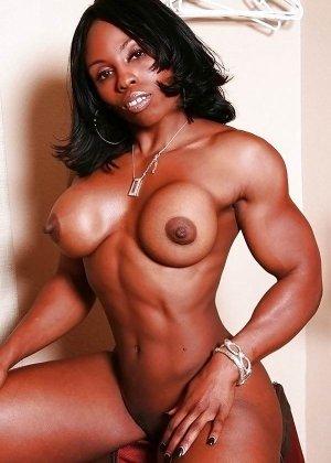 Черная женщина показывает, что занимаясь бодибилдингом можно добиться невероятных результатов - фото 10