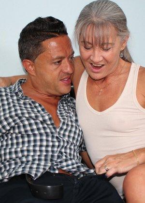 Зрелая женщина не стесняется своего тела и показывает себя мужчине, а затем ласкает его член руками - фото 3