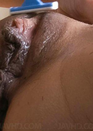 Азиатка с большой пиздой перед камерой бреет себе киску станком - фото 37