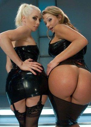 Две привлекательные лесбиянки будут трахать друг друга очень длинным резиновым членом - фото 2