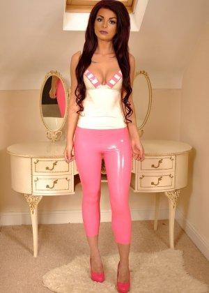 Брюнетка в розовых лосинах притвориться собачкой, она встанет на колени и покажет свою аппетитную попу - фото 1