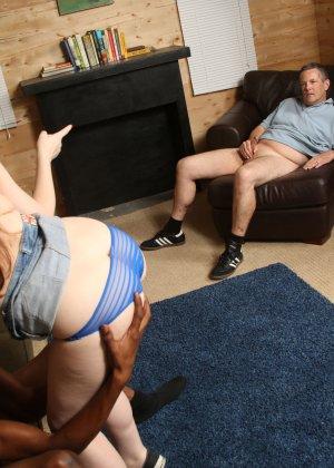 Молодой неопытный негр ебет подружку а её батя смотрит в сторонке за делом - фото 7