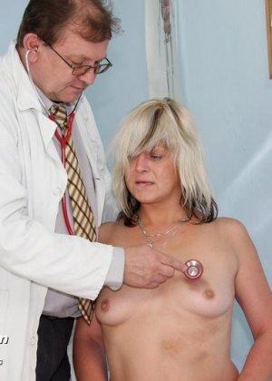 Женщина с удовольствием раздвигает ноги перед опытным гинекологом и даже получает удовольствие от осмотра - фото 6