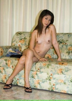 Худенькая красотка с интимной стрижкой в голом виде позирует на камеру - фото 5