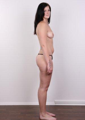 Женщина с не очень большой жопой вывалила свои стремные дойки - фото 8
