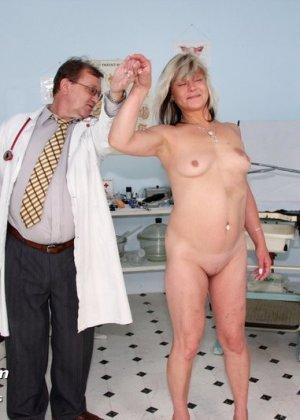 Зрелой женщине даже нравится, когда мужчина-гинеколог устраивает ей тщательный осмотр - фото 2