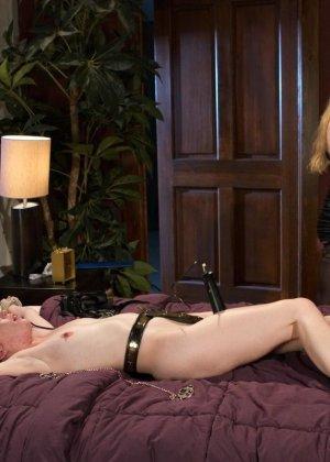 Красивые девушки в чулках ебутся в связаном виде на кровати в отеле - фото 17