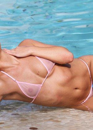 Сексуальная шатенка Эбби Кросс сегодня в ударе – несколько раз мастурбировала себе пизду около бассейна - фото 4