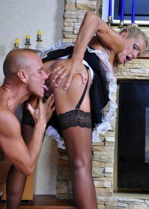 Зрелая блондинка целуется с симпатичным парнем, после чего садиться на его мощную кожаную биту - фото 4