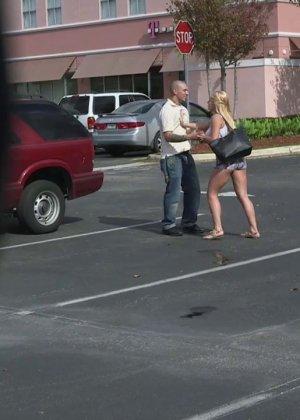 Горячая блондинка делает минет парню на заднем сидении в машине - фото 2