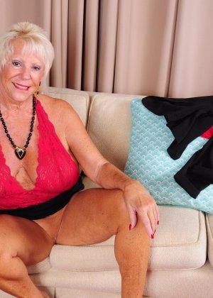 Зрелая американская леди показывает свою большую грудь и светит своими стопами с маникюром - фото 12