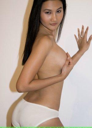 Азиатская девушка медленно снимает с себя все нижнее белье - фото 11