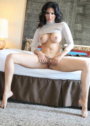 Сексуальная брюнетка раздвигает ножки и демонстрирует перед камерой волосатую пизденку - фото 13