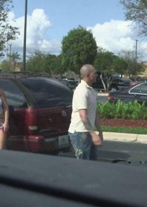 Горячая блондинка делает минет парню на заднем сидении в машине - фото 1