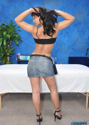 Телка раздевается, чтобы сделать массаж очередному мужику, который хочет трахаться - фото 3