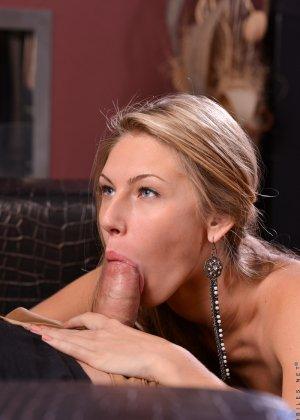 Молодая девушка старательно делает минет, а затем подставляет свою аккуратную дырочку для секса - фото 4