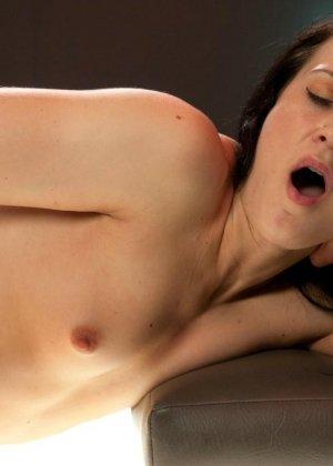 Красивая женщина ласкает свою промежность вибратором, пока муж разъезжает по командировкам - фото 12