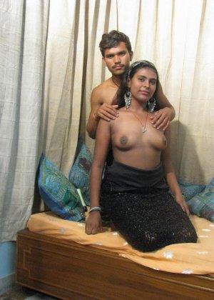 Индийская семейная пара занимается привычным сексом перед другом - фото 2