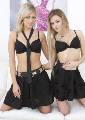 Красивые лесбиянки Рия и Оливия занимаются вылизыванием пизды - фото 1