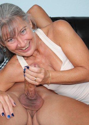 Зрелая женщина не стесняется своего тела и показывает себя мужчине, а затем ласкает его член руками - фото 11