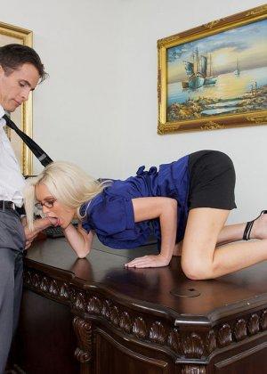 Телка вызывает своего подчиненного в кабинет, она не носит трусов, чтобы ее киску могли обработать без лишней суеты - фото 4