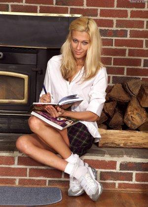 Блондинка раздвигает ножки и показывает, как она может до упора вставить бутылочку в пизду - фото 1