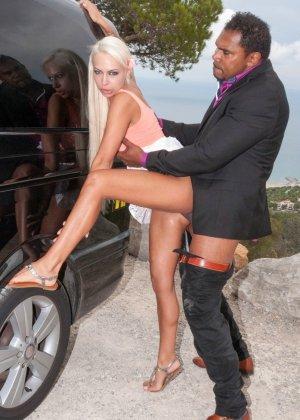 Опытная проститутка сделала мексиканцу глубокий минет своим маленьким ртом - фото 6