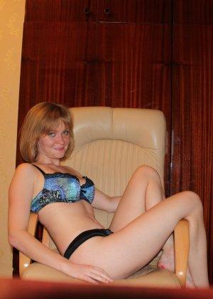 Опытная девушка ласкает свою вагину и делает качественные фото - фото 3- фото 3- фото 3