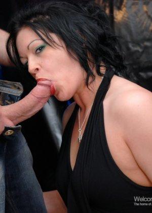 Уличная шалава в черных чулках сосет член, трахается и получает сперму на лицо - фото 9