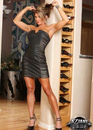 Горячая штучка показывает свою отличную физическую подготовку - ее телу можно только позавидовать - фото 2