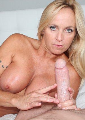 Опытная блондинка знает, как ублажать мужчину и делает это действительно качественно, доводя до конца - фото 12