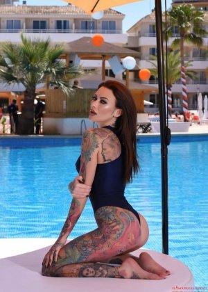 Татуированная с головы до пяток Бекки Хольт решила справиться с излишней скромностью и устроила откровенную фото сессию возле бассейна - фото 2
