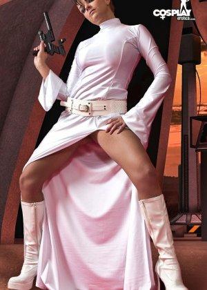 Сексуальная красотка участвует в фотосессии, где она показывает свое тело – легкая эротика понравится многим - фото 4