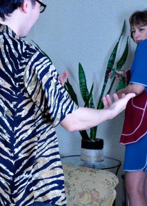 Горничная прикладного возраста удовлетворяет сынка хозяйки, который трахает старых баб - фото 4