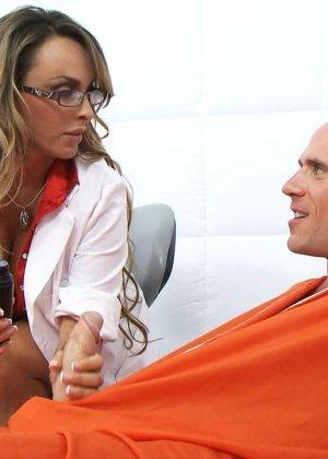 Сиськастая медсестра в тюрьме трахнулась с лысым зеком по заказу - фото 5