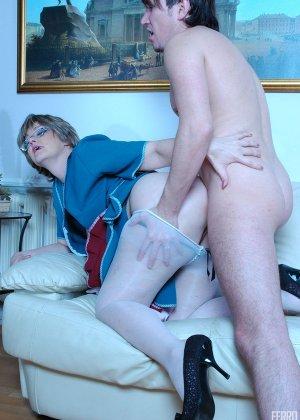 Зрелая бабка пристает к молодому мужу хозяйки, она снимает с него трусы и сосет его хер - фото 15