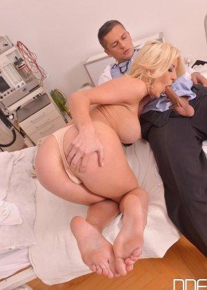 Шикарная молодая блондинка с натуральной грудью занимается сексом с доктором - фото 9