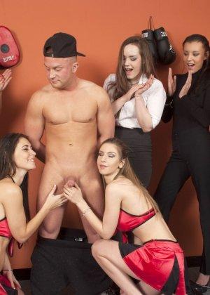Тренеру делают отсос куда его молодых худеньких девушек в комнате - фото 17