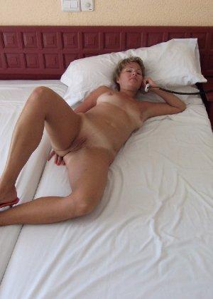 Голая дом работница показывает свое обнаженное тело - фото 16
