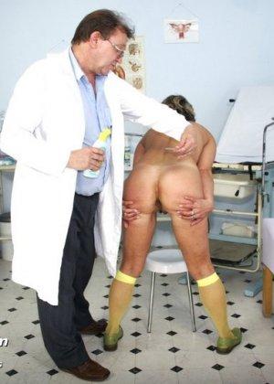 Зрелая Ванда приходит к врачу, он помогает ей раздеться и поудобнее устроиться для тщательного осмотра - фото 3