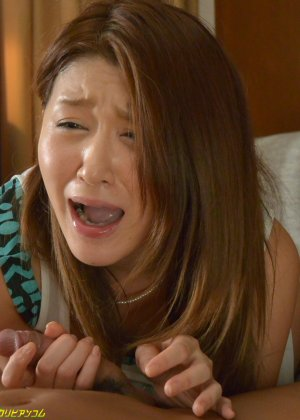 Развратную японскую девицу паренек ебет в мохнатую письку на диване - фото 44