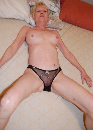Опытная блондинка в голом виде показывает свои принадлежности - фото 23