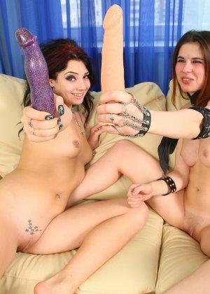 Развратные молодые лесбиянки балуются секс игрушками в квартире - фото 16