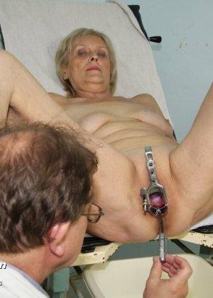 Женщина подставляет свою пизду для осмотра гинекологом и рада, когда ей вставляют вибраторы - фото 15