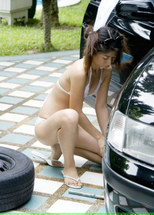 Страстная мексиканка в голом виде заменяет  колесо на машине - фото 6