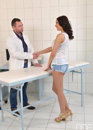Не настоящий доктор выебал свою пациентку боком а потом кончил ей на киску - фото 1